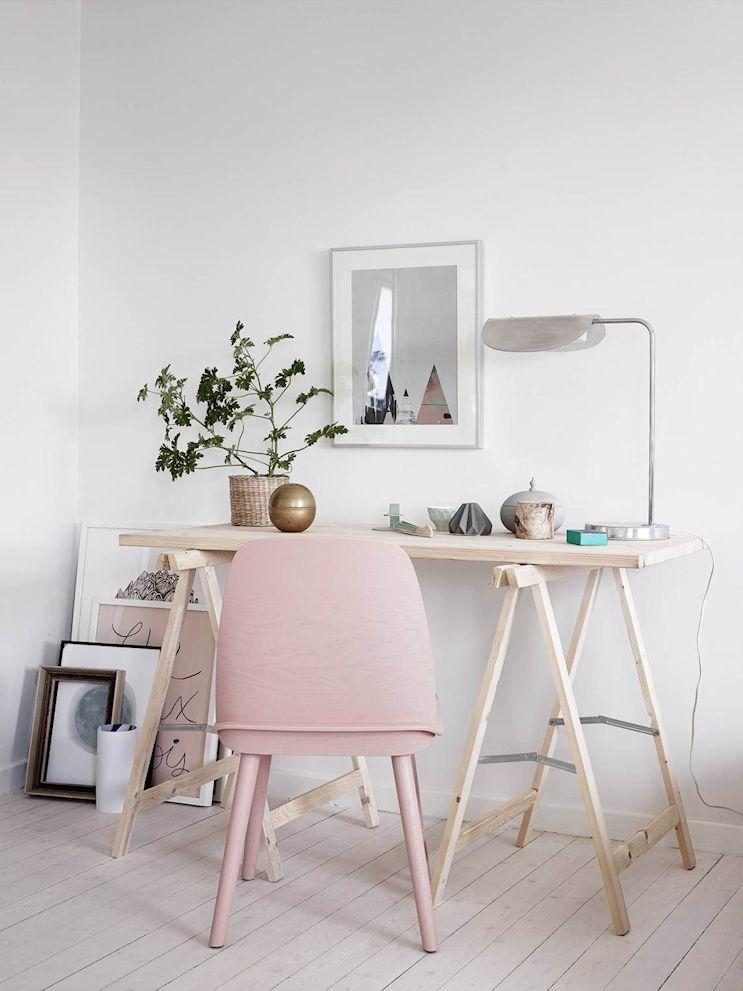 Un escritorio con caballetes es la solución ecónomica para el espacio de trabajo