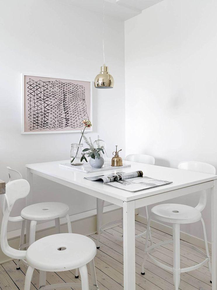 Monoamiente pequeño de estilo nórdico: zona del comedor diario junto a la cocina