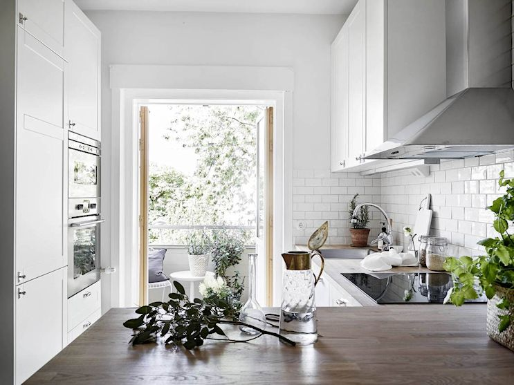 La cocina del monoambiente es el espacio mejor logrado, con un diseño neutro y cálido a la vez