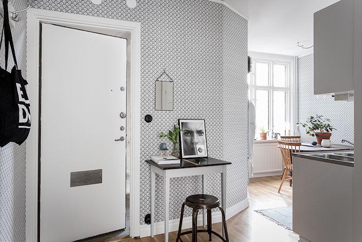 Un pequeño espacio de trabajo junto a la puerta de entrada y la cocina