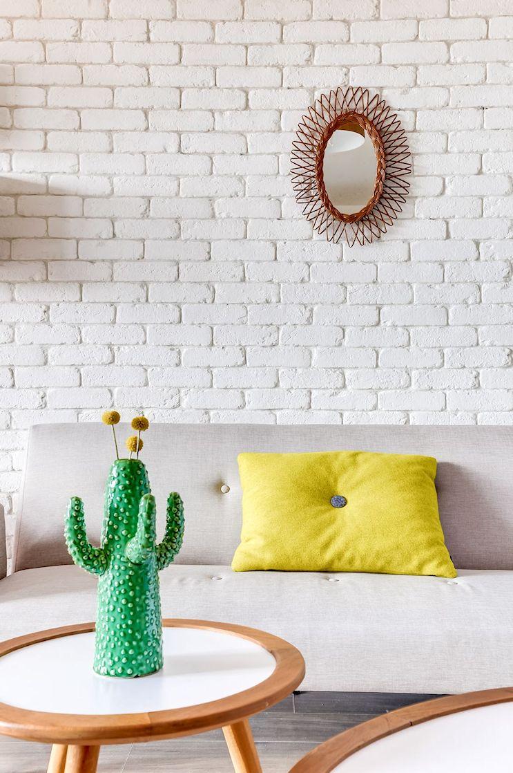 Living del monoambiente con decoración estilo vintage