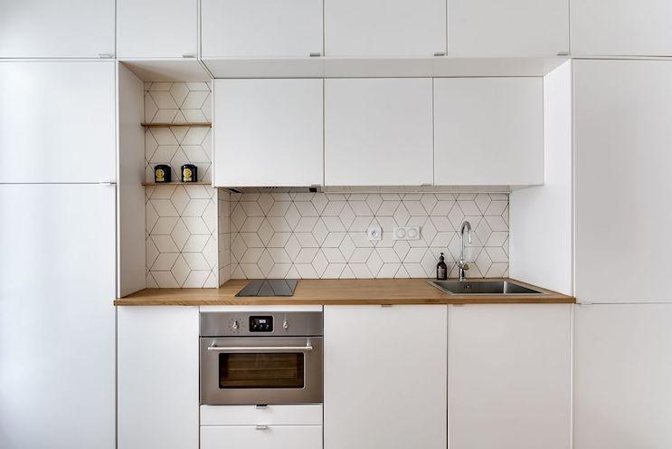 Cocina del monoambiente con mucho espacio de guardado