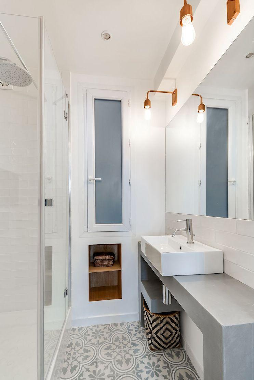Baño del monoambiente con mueble revestido en cemento alisado