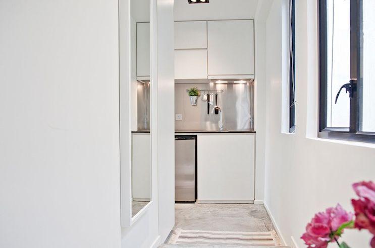 La kitchenette es de diseño contemporáneo y aprovecha un espacio de circulación