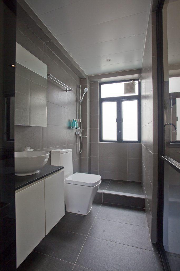 El baño del monoambiente es totalmente nuevo y repite los colores principales del ambiente principal