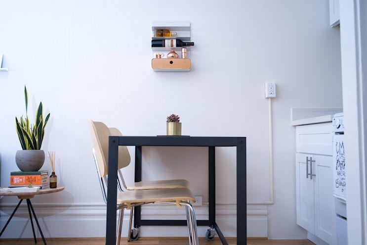 Monoambiente de 20 metros² en estilo moderno y en tonos neutrales: comedor con mesa de metal con ruedas