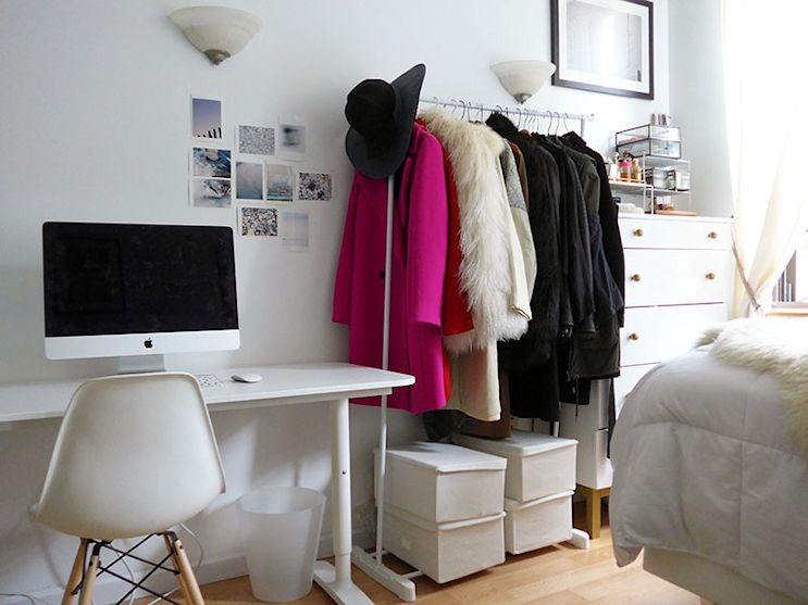 Monoambiente maximalista de 26 metros: escritorio y perchero a la vista para sumar espacio de guardado