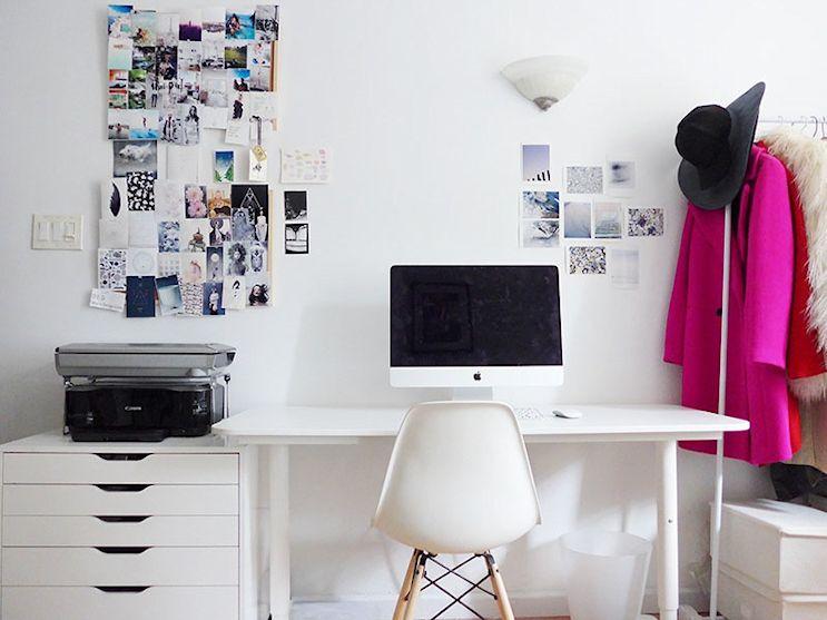 Monoambiente maximalista de 26 metros: espacio de trabajo con esritorio de altura regulable, cajonera y silla Eames DSW, todo en color blanco