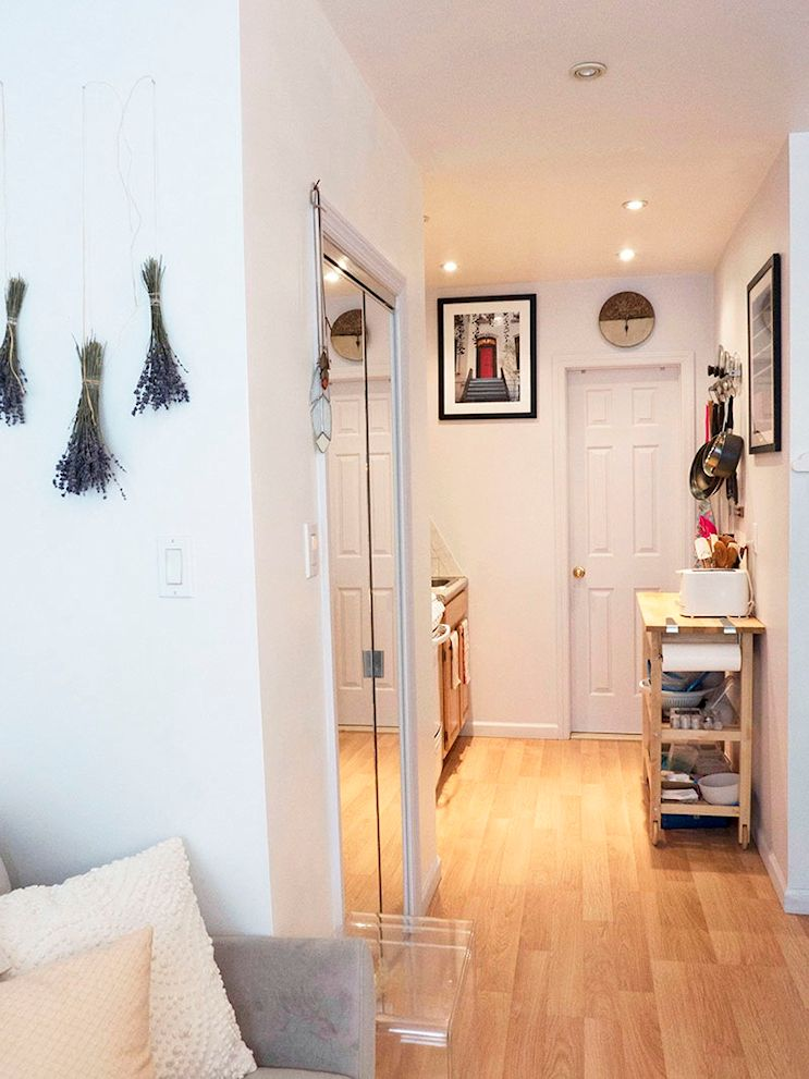 Monoambiente maximalista de 26 metros: kitchenette en el hall que comunica con el baño
