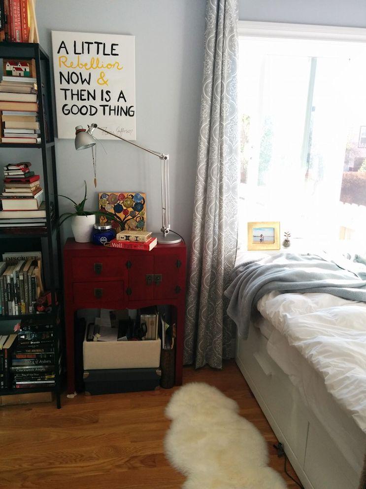 Una cama con cajones es una buena idea para sumar espacio de guardado a un monoambiente pequeño