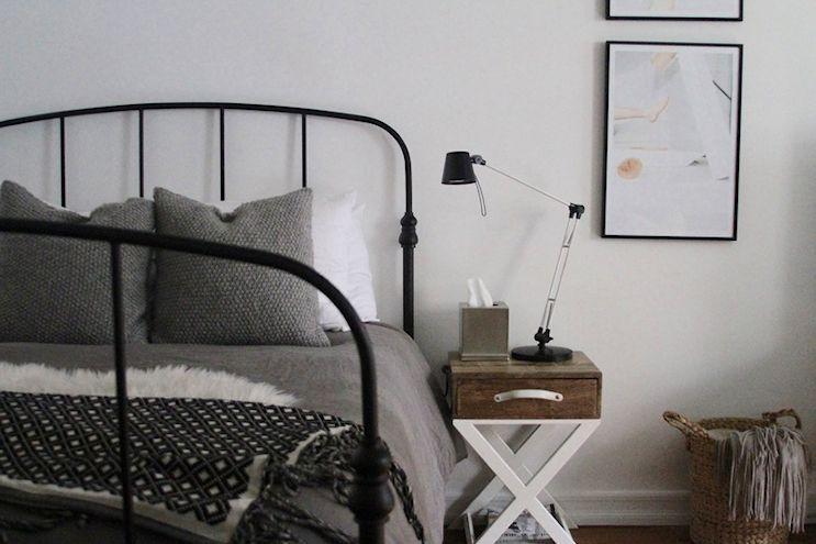 El dormitorio se ubica en un rincón para no interferir en la circulación del monoambiente