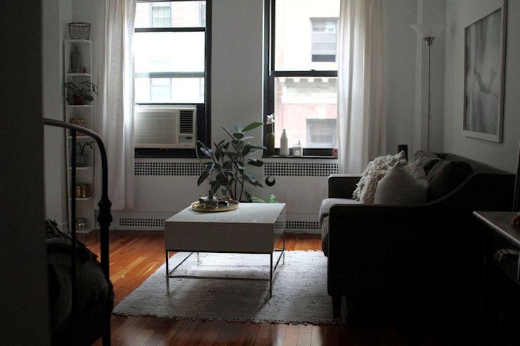 El living es amplio y cómodo. La mesa de centro también sirve como mesa de comedor