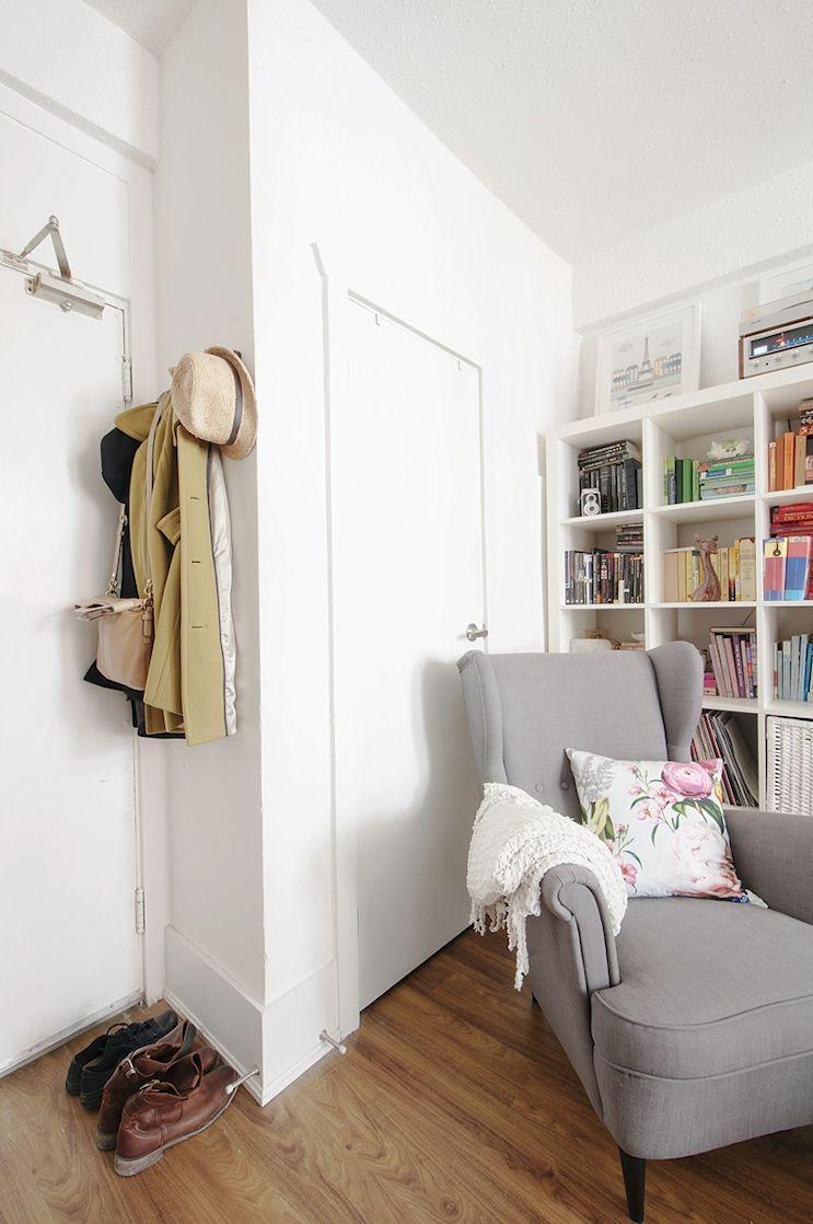 Libros, objetos, almohadones estampados y textiles son una buena forma de sumar color a la decoración sin ocupar mucho espacio