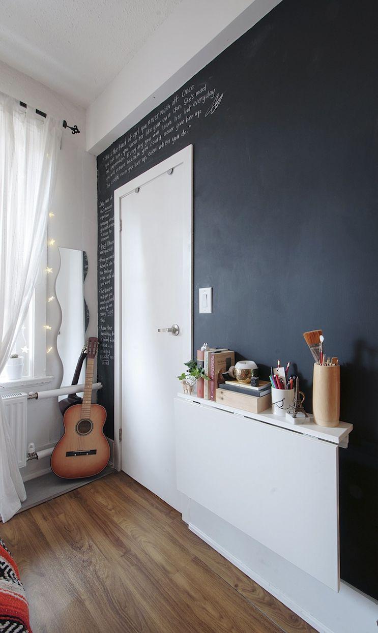Pared pintada con pintura de pizarra agrega color a la decoración del monoambiente