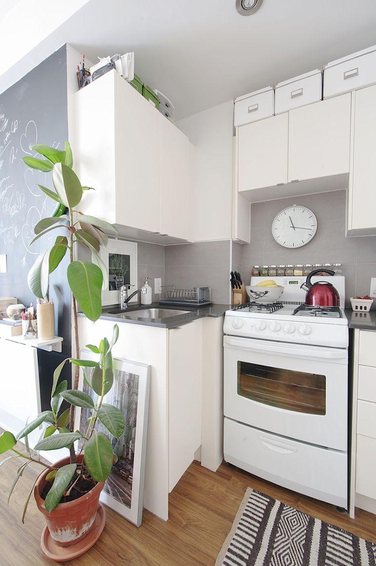 En la cocina se aprovechó el espacio sobre los muebles con cajas para guardar cosas