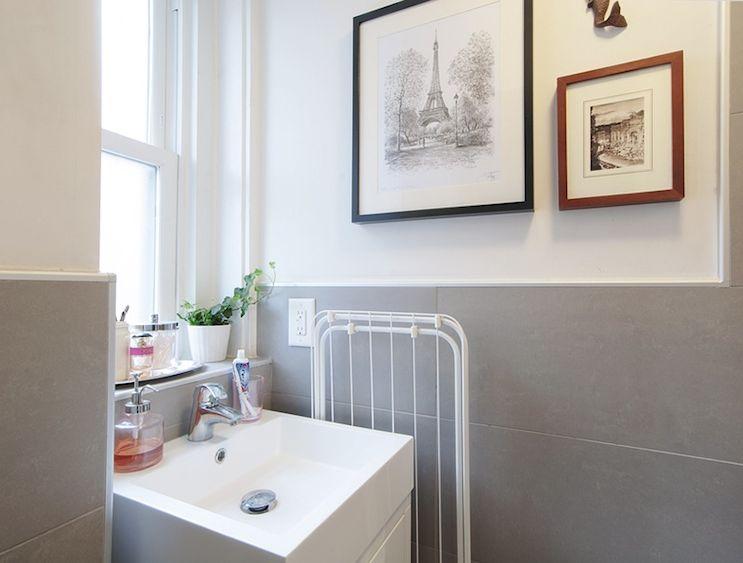 Baño del monoambiente decorado con un par de cuadros