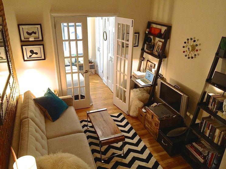 Ambiente principal dividido con un pared y puerta doble con vidrio repartido