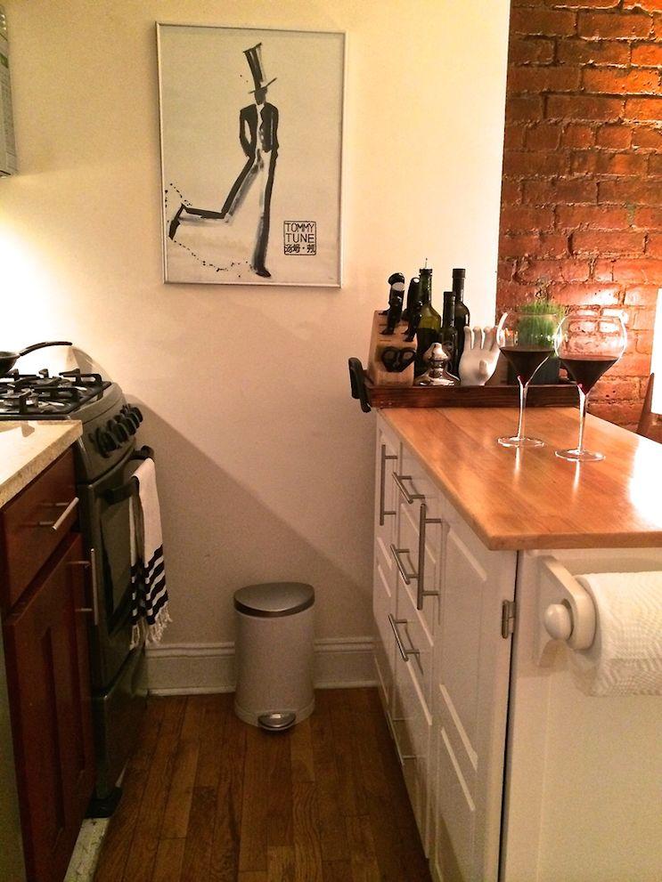 Cocina con mueble funcional que hace de mesada, mesa y barra