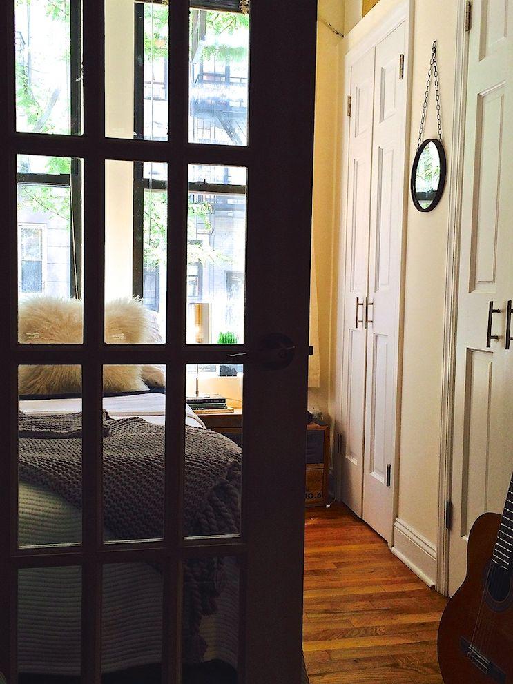 El dormitorio del monoambiente es el sector más luminoso de la vivienda, por eso se optó por puertas con vidrdio repartido como divisor de ambiente