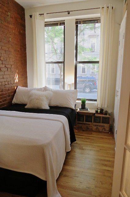 El dormitorio del monoambiente, sencillo y de estilo industrial