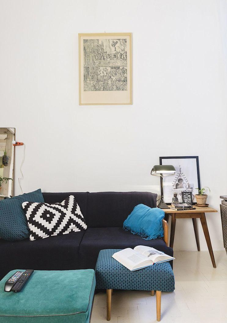 Living del monoambiente con muebles escandinavos y vintage