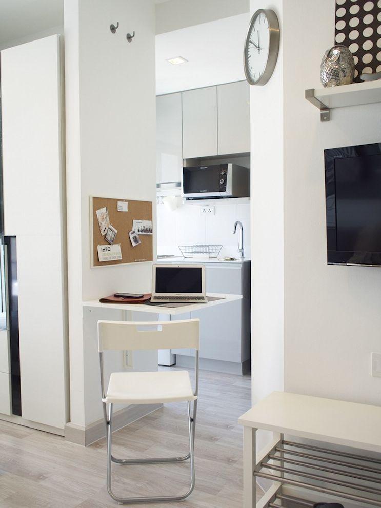 Mesa rebatible que ahorra espacio en el hall que une el ambiente principal con la cocina