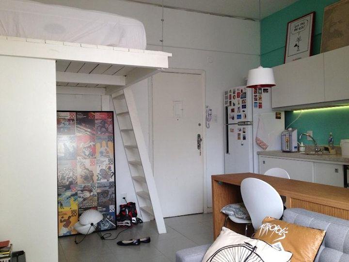 Monoambiente pequeño de estilo contemporáneo con cama elevada