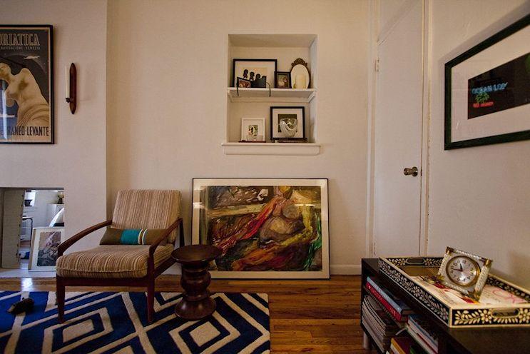 Los cuadros y la gran alfombra con motivos geométricos son los protagonistas de la decoración del monoambiente