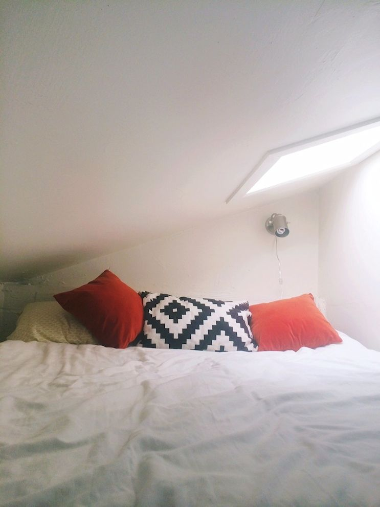 Sector del dormitorio arriba del mueble. El tragaluz hace más luminoso el espacio