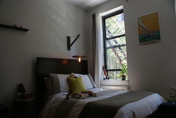 Sector del dormitorio en un rincón junto a la ventana para evitar obstruir la circulación dentro del monoambiente