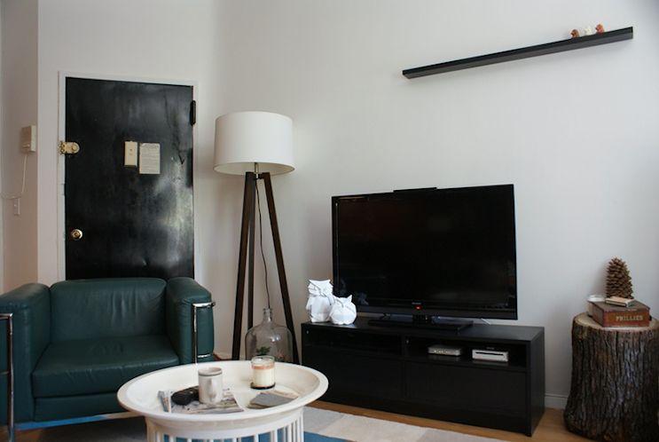 Los muebles se distribuyen alrededor del mueble de TV y una mesa de centro circular