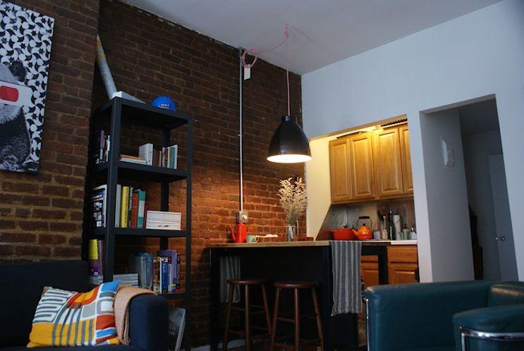 Cocina pequeña ampliada con un mueble multifunción estilo industrial