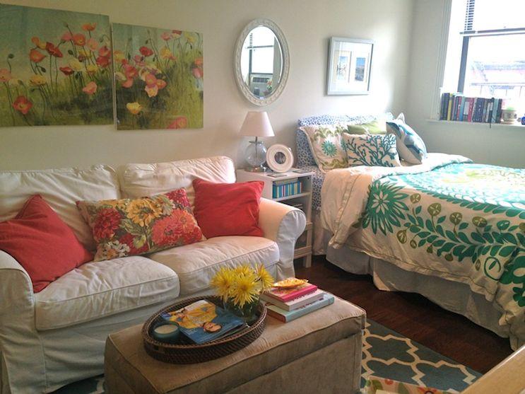 Sector del living y dormitorio. Los colores, texturas y motivos florales dan un marcado toque femenino a la decoración
