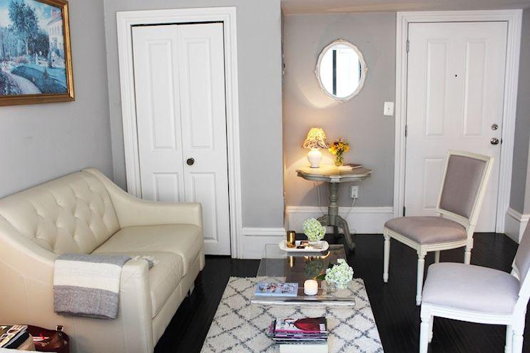 Espacio del living bien resuelto en el ambiente principal. Las paredes color gris resaltan los detalles de la carpintería original de época.