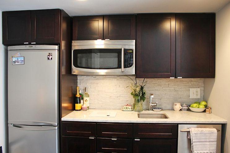 Cocina pequeña modernizada de diseño lineal para optimizar el espacio