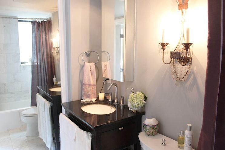 Baño pequeño con espejo de piso a techo para aumentar la sensación de amplitud