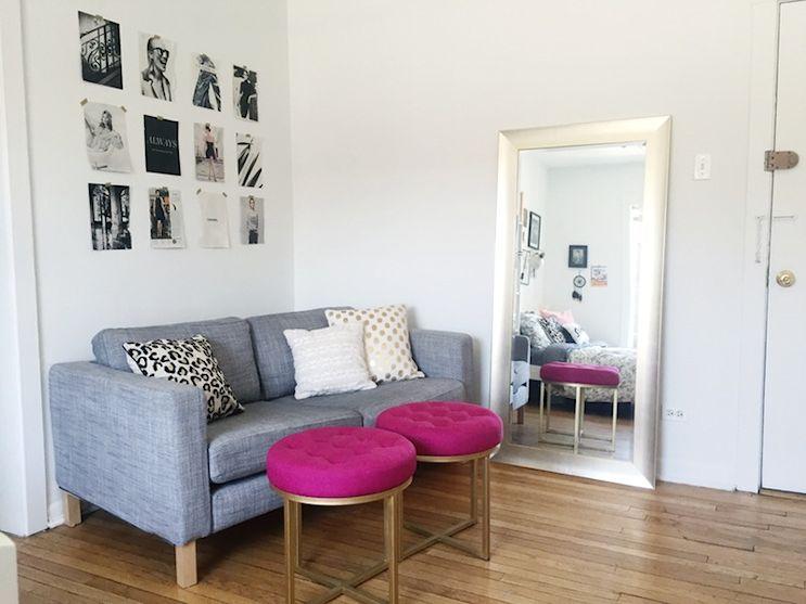 Sector del living con un pequeño sofá de Ikea y dos banquitos con tapizado púrpura. El conjunto de fotografías en blanco y negro delimitan el espacio del living