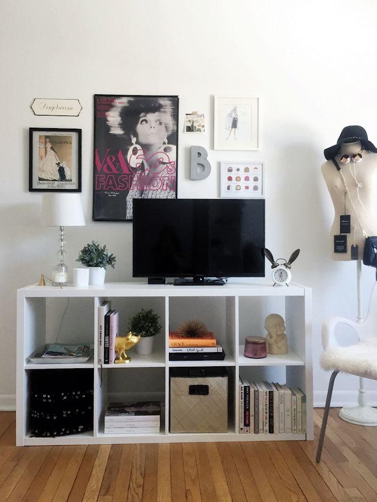 Biblioteca baja para sumar espacio de guardado y para apoyar la TV y otros objetos decorativos