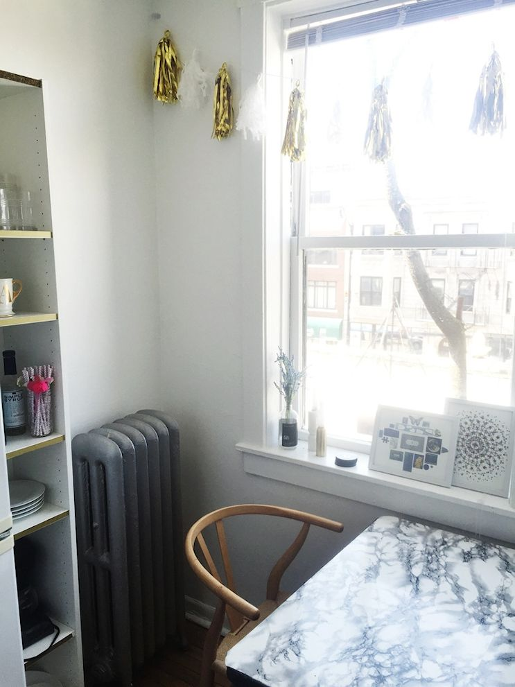 Pequeño comedor junto a la ventana de la cocina. La silla Wishbone es un modelo clásico del diseño escandinavo