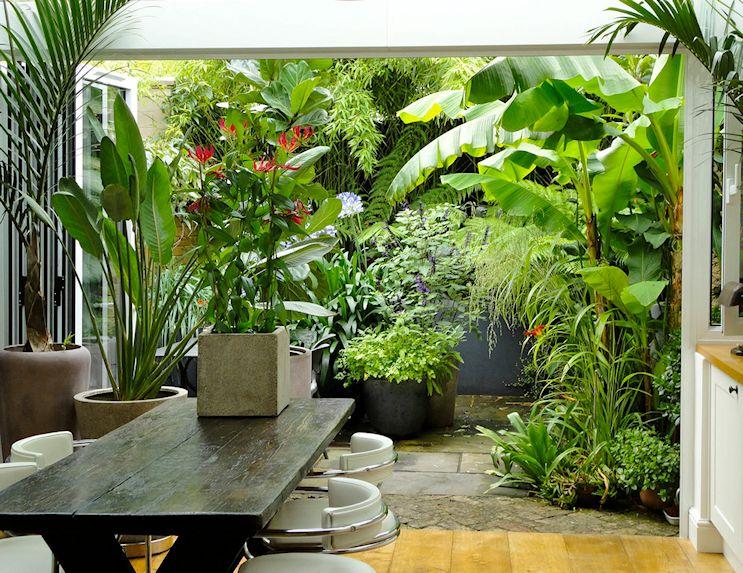 El patio se integra completamente con el interior de la vivienda mediante una puerta plegable que se abre totalmente