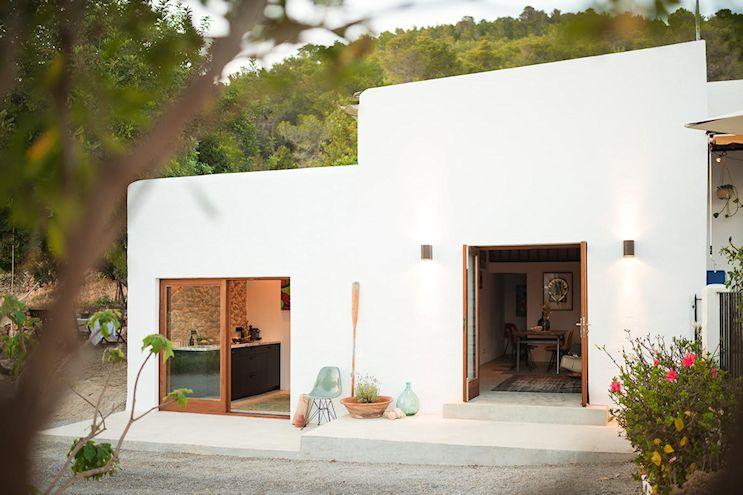 Vista exterior de la casa, con un diseño sencillo que privilegia el uso de elementos locales en la construcción