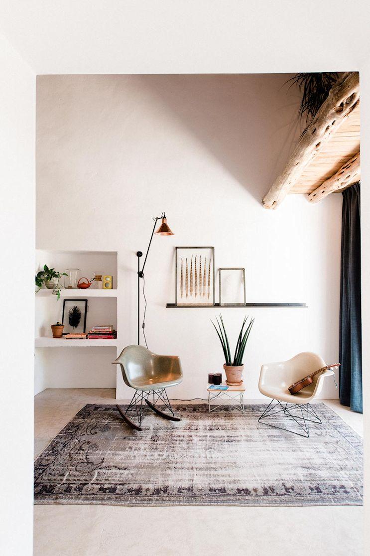 Living de la casa pequeña, con muebles de estilo moderno y accesorios decorativos de distintas épocas