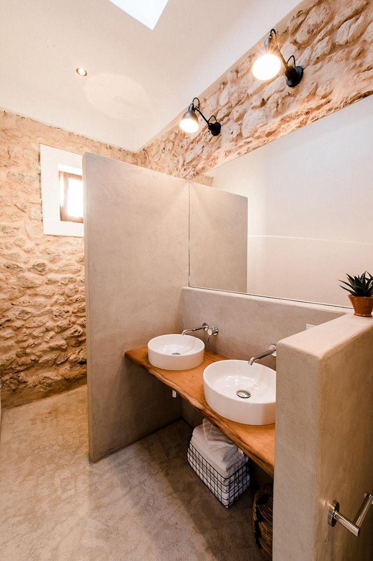 Un baño de estilo rústico y funcional, dividido en tres sectores