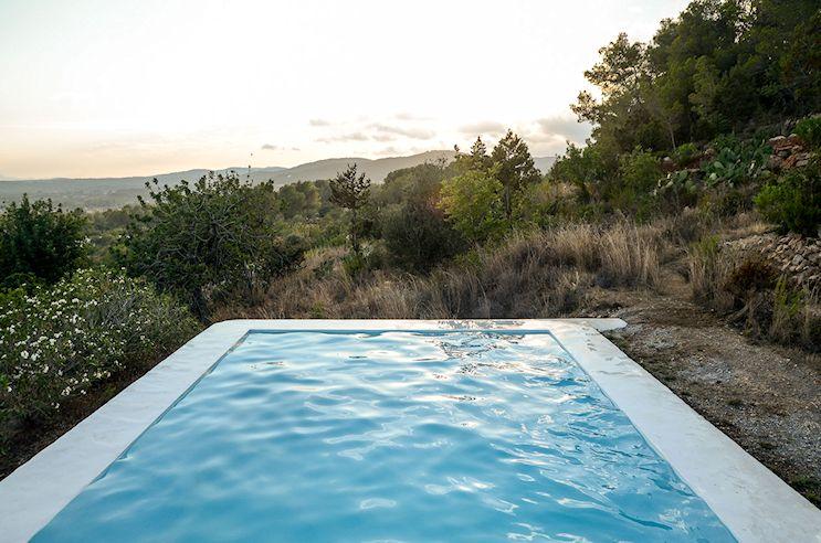 Pileta moderna en el jardín con vistas hacia las montañas