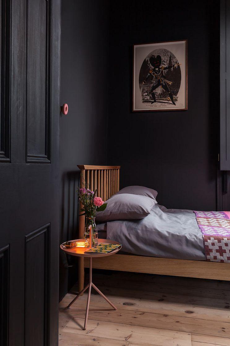 Dormitorio principal pintado completamente en negro mate