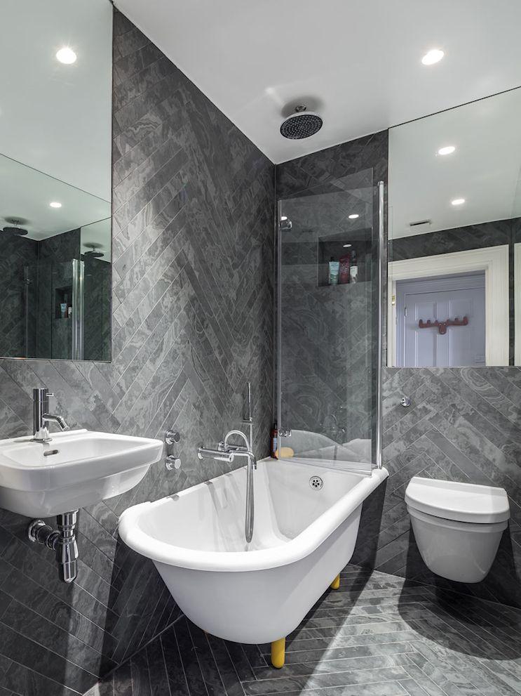 Cuarto de baño renovado completamente en un estilo contemporáneo elegante