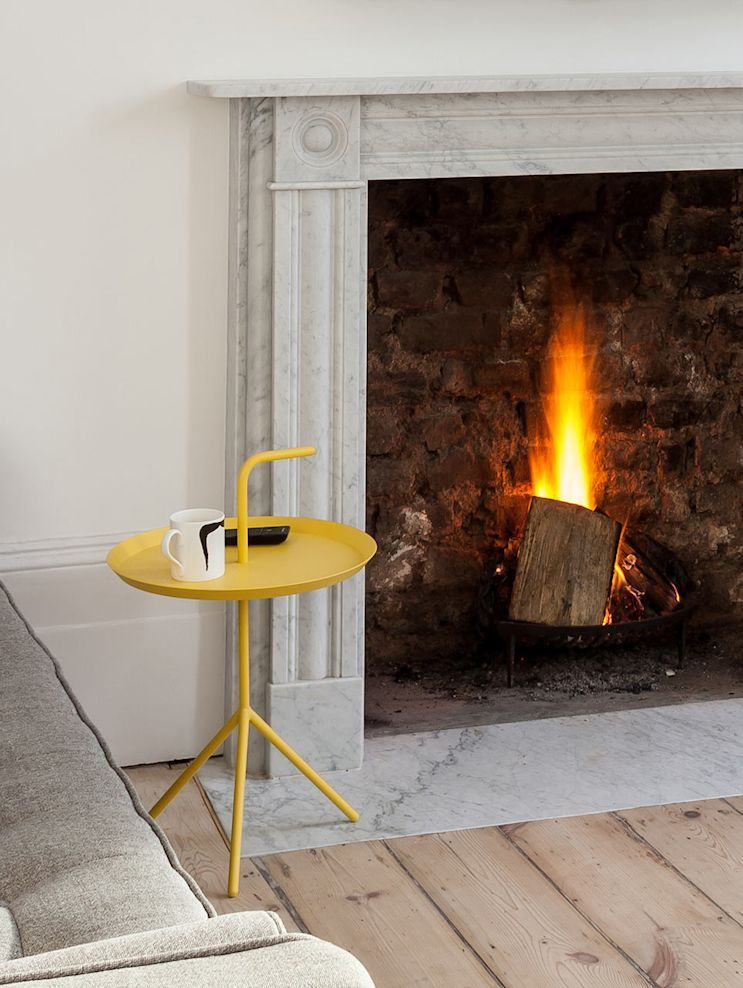 Muebles y accesorios de diseño sencillo aportan color a la decoración del living