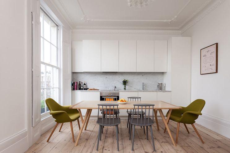 Cocina de diseño moderno con comedor