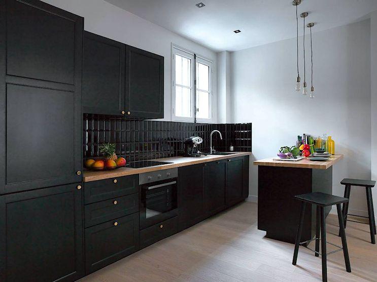 Cocina de diseño elegante con muebles en negro mate
