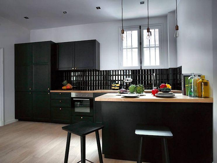 La isla de cocina hace de mesa de comedor, permitiendo ahorrar espacio